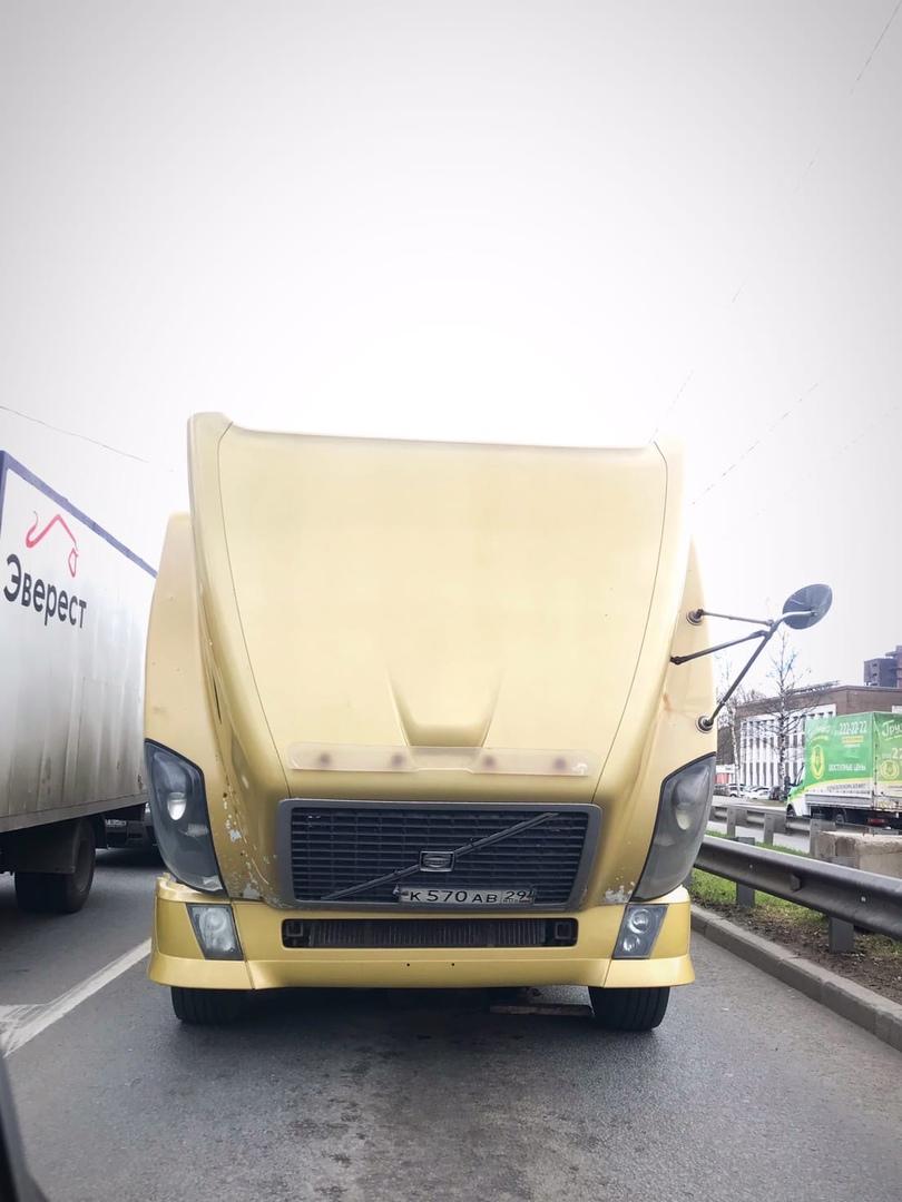 У Оптимуса что-то пошло не так, и теперь он мешает поворачивающим налево с Московского шоссе на Дуна...