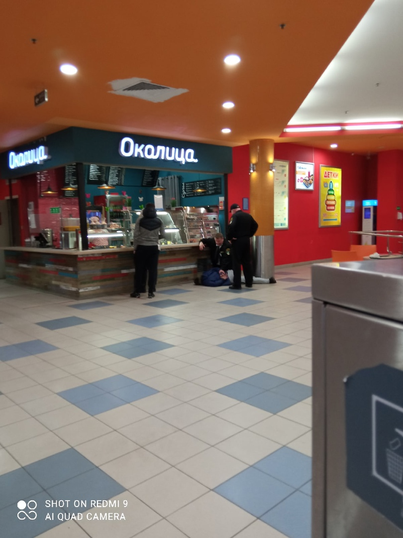 В торговом комплексе Норд у метро Проспект Просвещения, охрана повязали мужика, народ говорит что вр...