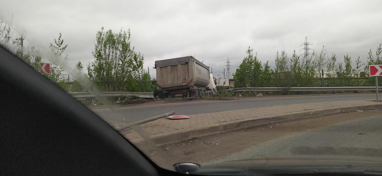 На развороте под Московским шоссе Шушарах, по адресу 1-й Бадаевский проезд, у здания 1, в кювет съех...