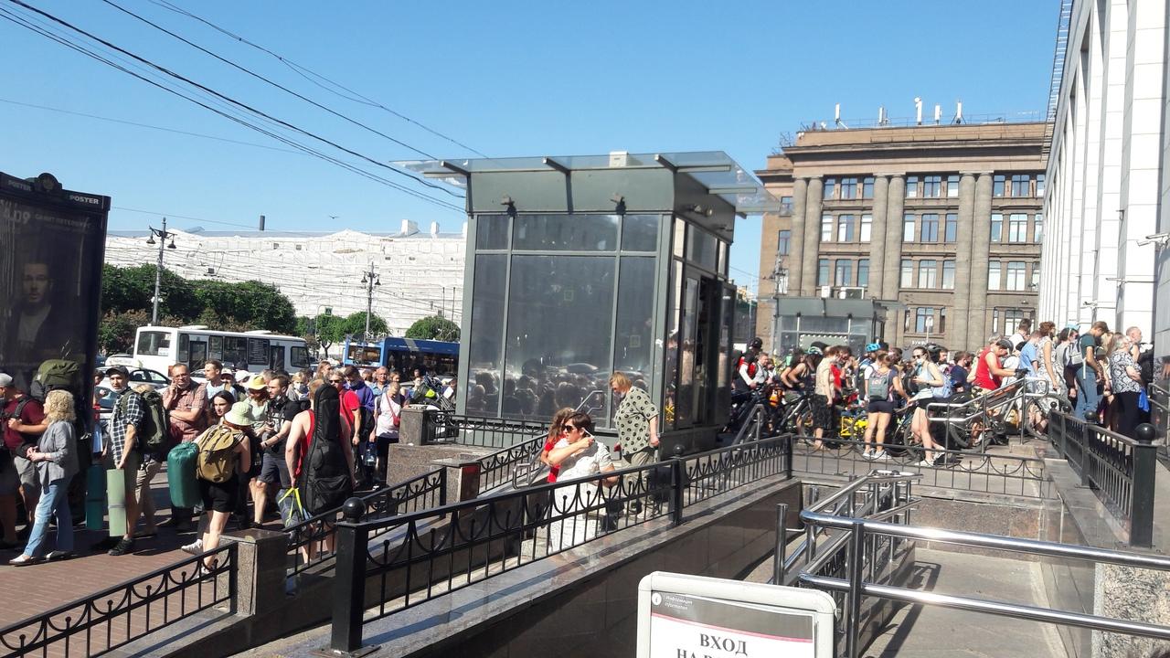 "Социальная дистанция ""по фински"". На Финляндском вокзале дистанция стремится к нулю. Все хотят за го..."