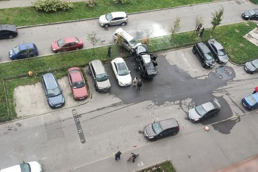 На маршала Казакова утром додж вытолкнул припаркованный универсал из кармана, после чего черный заго...