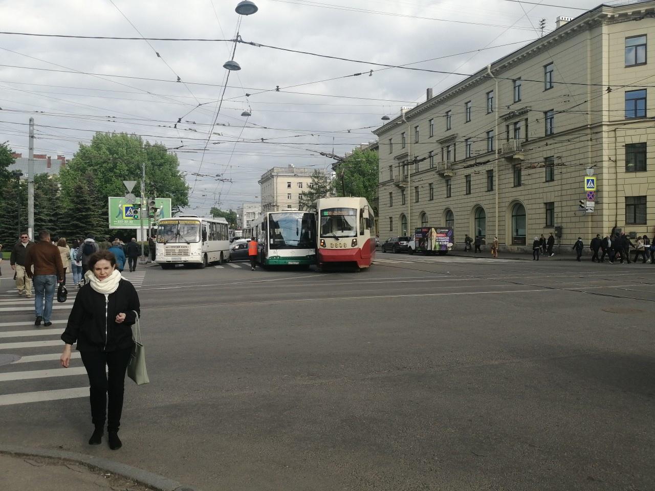 На перекрестке Боткинской и Лебедева притёрлись трамвай и автобус. Проезд затруднён, трамвай пассажи...