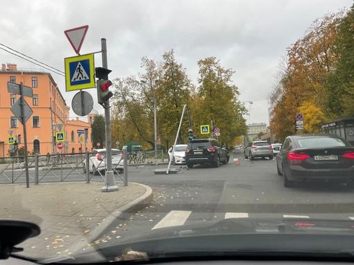 На перекрёстке улицы Гастелло и Ленсовета. Белый при повороте налево решил что направо смотреть не н...