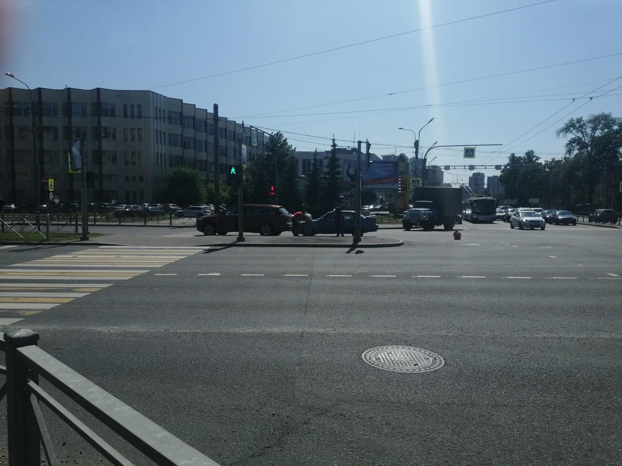 Nexia въехала в Audi у перехода на пересечении Гражданского/Непокорённых. Движение в сторону Писк...