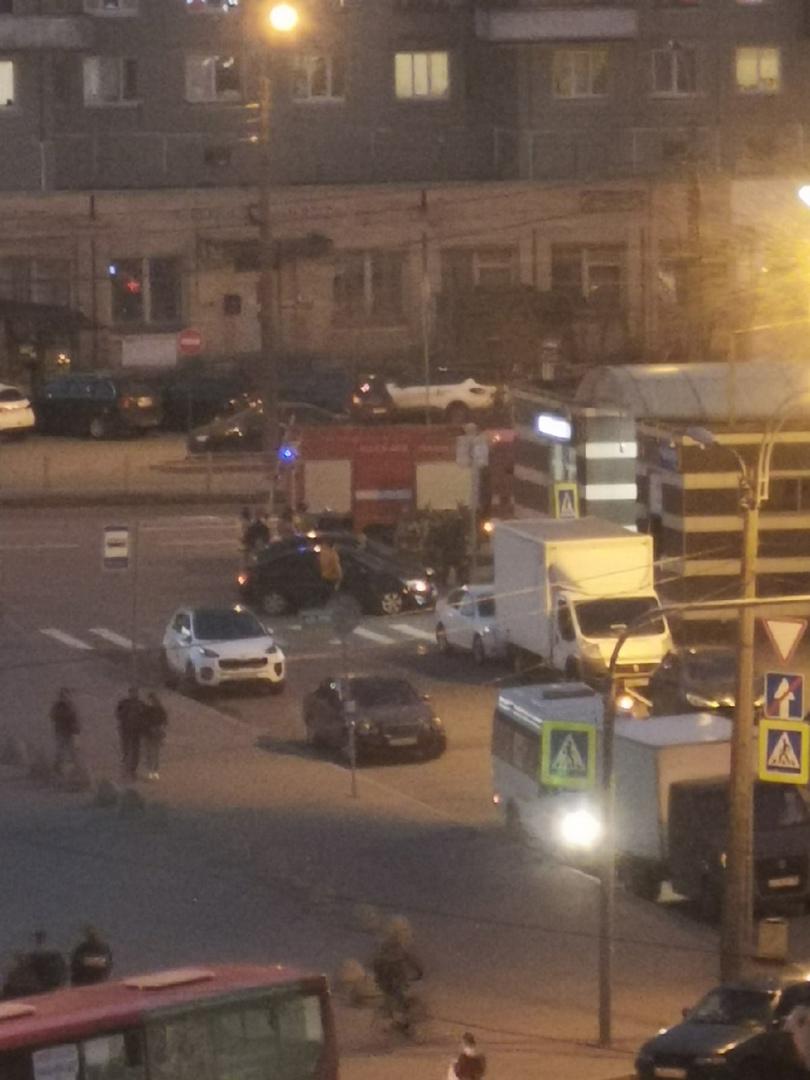 Что-то неприятное произошло на пр. Просвещения напротив Сильвера. Похоже столкнулись 2 машины и прот...