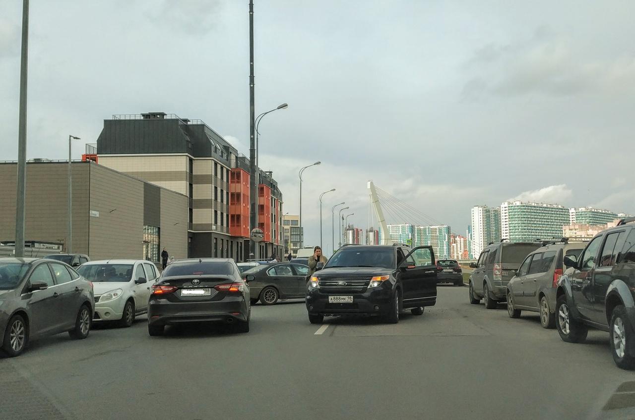 На тихой улице Катерников BMW выезжал со двора, а Ford оказался на встречке. Похоже, европротокол пр...