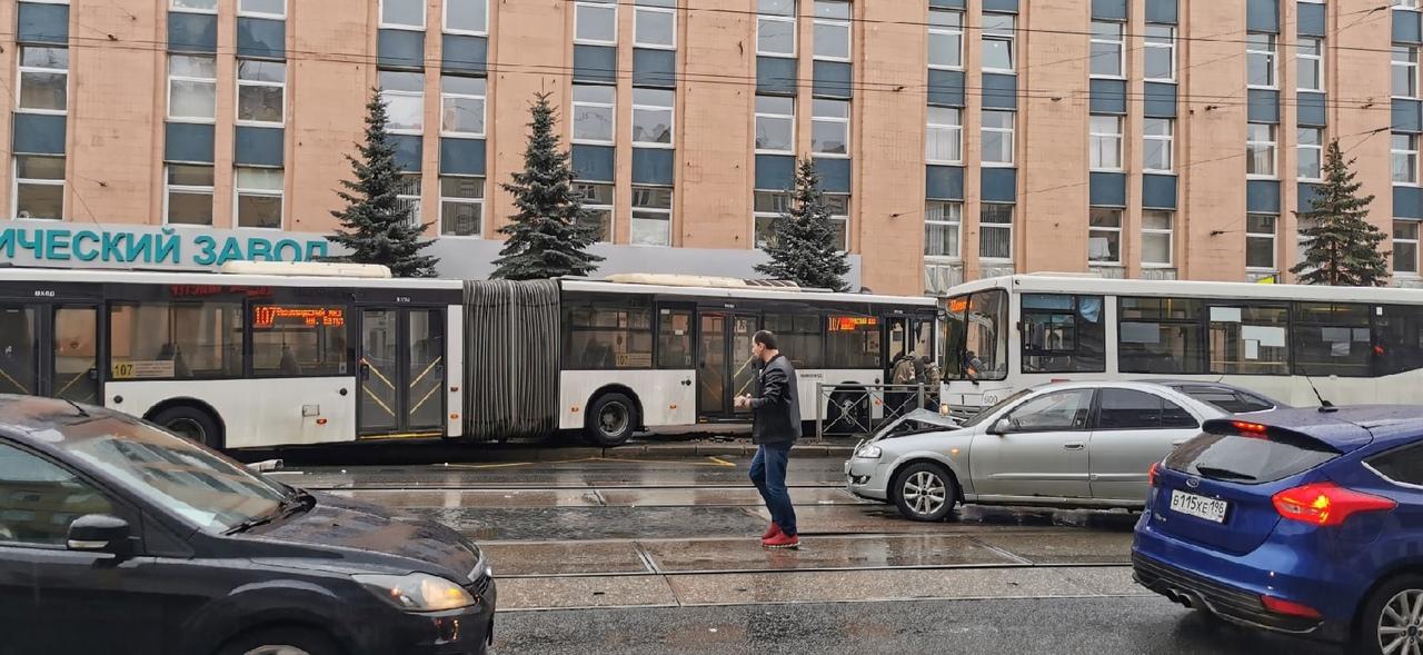 На Кондратьевском проспекте у дома 18-20 автобус сошел с маршрута.