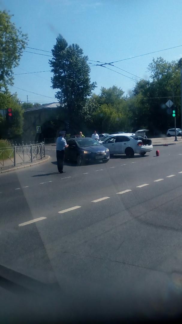 Ford и Volkswagen Полоседан стукнулись на пересечении Крупской и Седова.