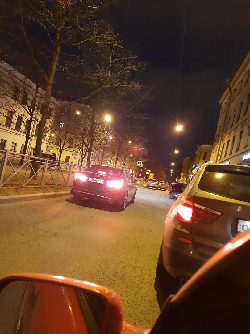 Затор из-за аварии на перекрестке Среднего проспекта В.О. и Тучкова переулка.