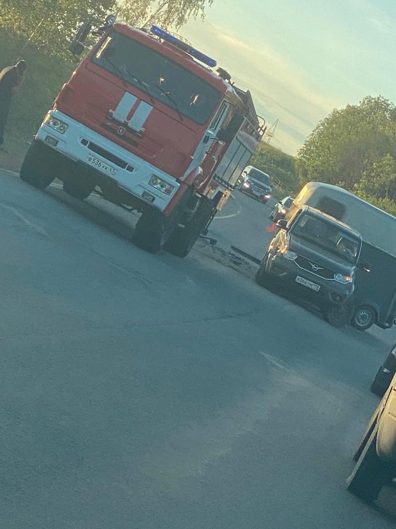 Авария на Шоссейной в Буграх, рядом с Карагандинской улицей. За пожарной машиной стоит белый Ларгус...