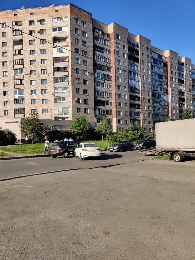 На Камышовой недалеко от перекрестка со Стародеревенской случился небольшой казус, но проехать можно...