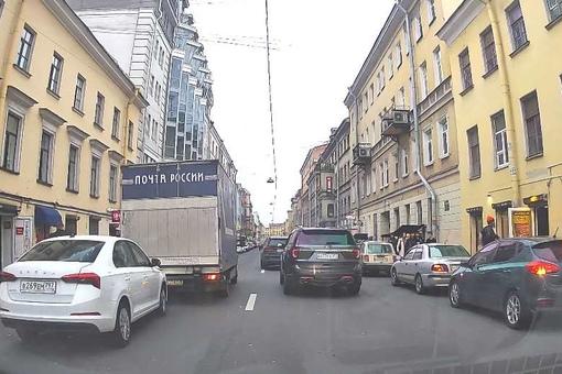 На Гончарной улице таксист решил ускорить работу Почты России пинком под зад.... Но не получилось, с...