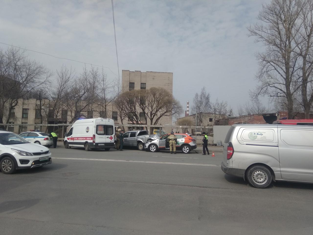 На Уральской улице каршеринг столкнулся с пикапом.