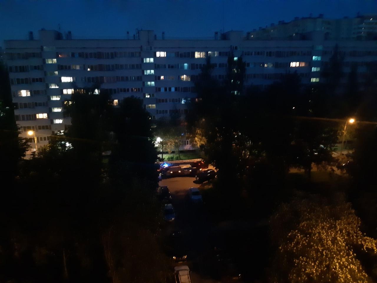 Пожар в доме по адресу Аллея Котельникова д. 4. Пожарные расчёты на месте.