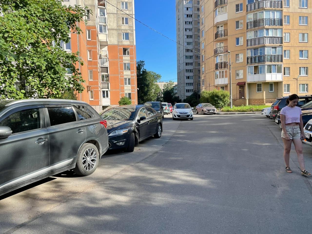 Ночью с 29 на 30 июня во дворе дома №11к2 по Народной произошло ДТП с припаркованным автомобилем For...