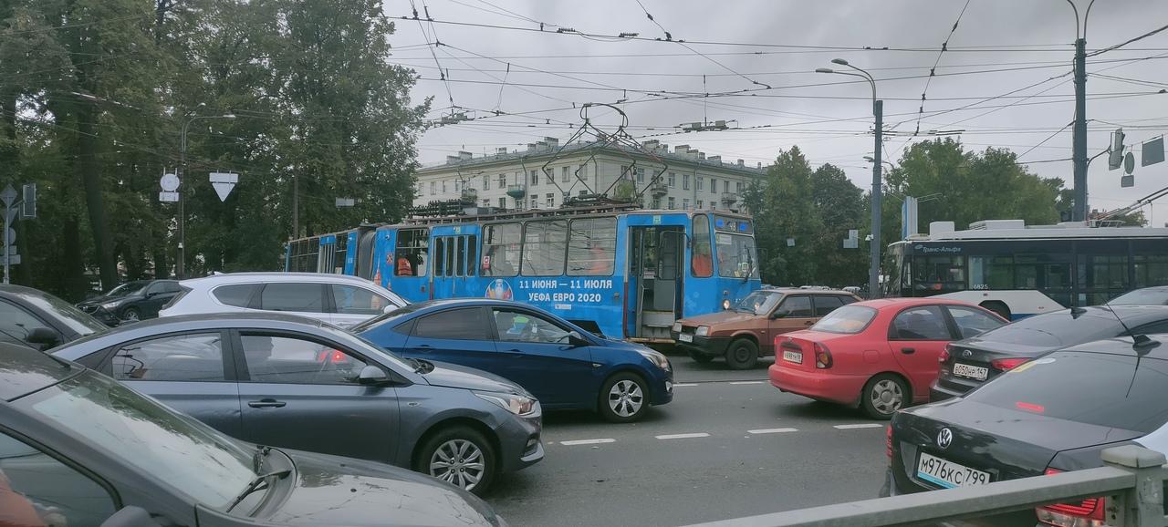 Два ДТП на Черной речке. На Чернореченском мосту столкнулись «Тойота» и «Нисса». На Академика Крыло...