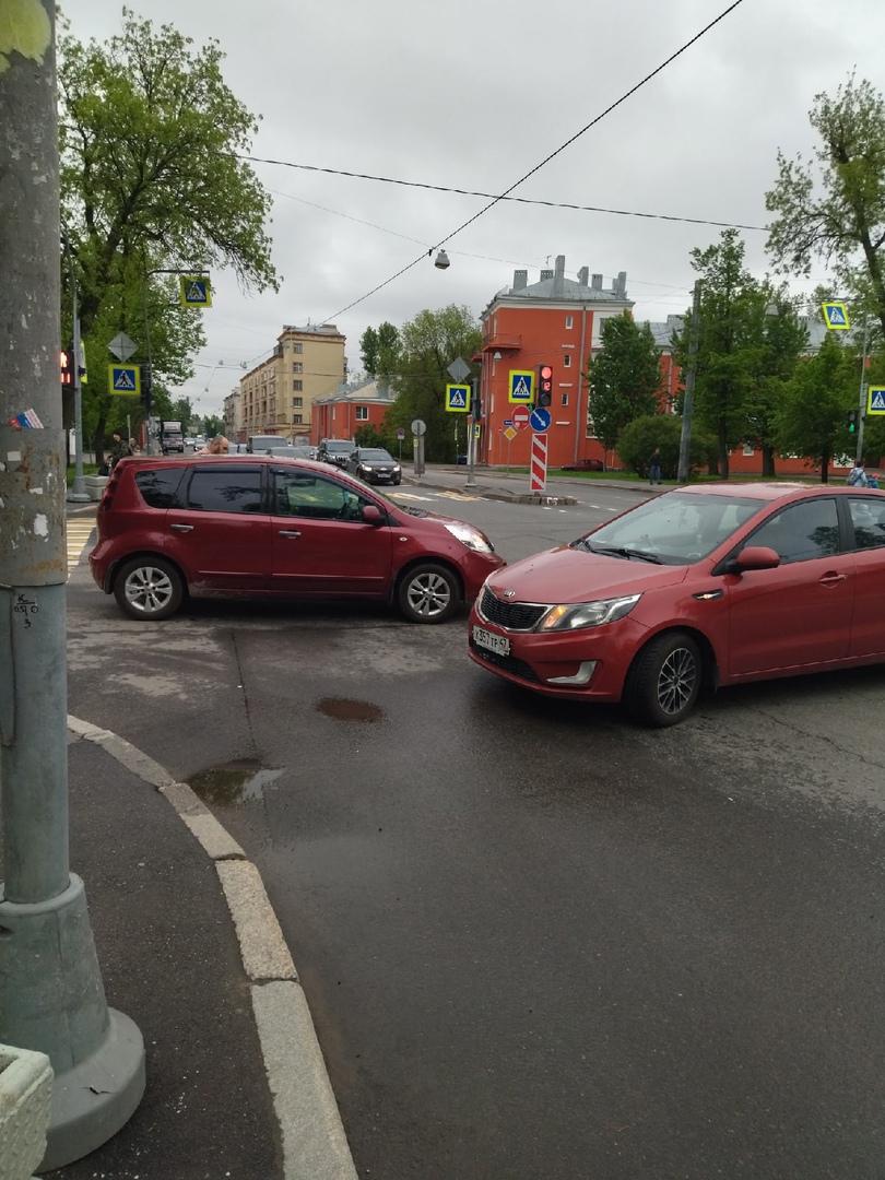 2 МКМ стукнулись на пересечении Ткачей и Бабушкина.