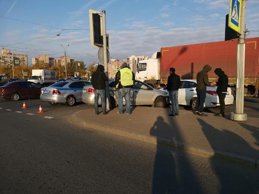 ДТП на перекрёстке Бухарестской и Дунайского проспекта столкнулись БМВ И Поло, досталось и Солярису...