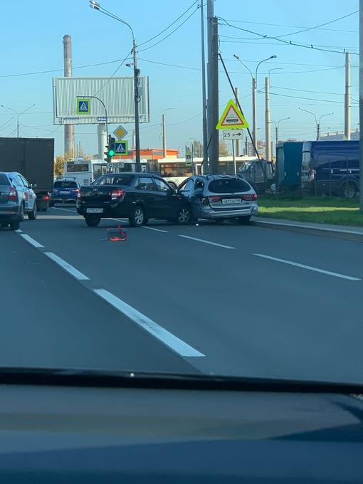 Лада атаковала припаркованный автомобиль на Суздальском в крайнем правом ряду.