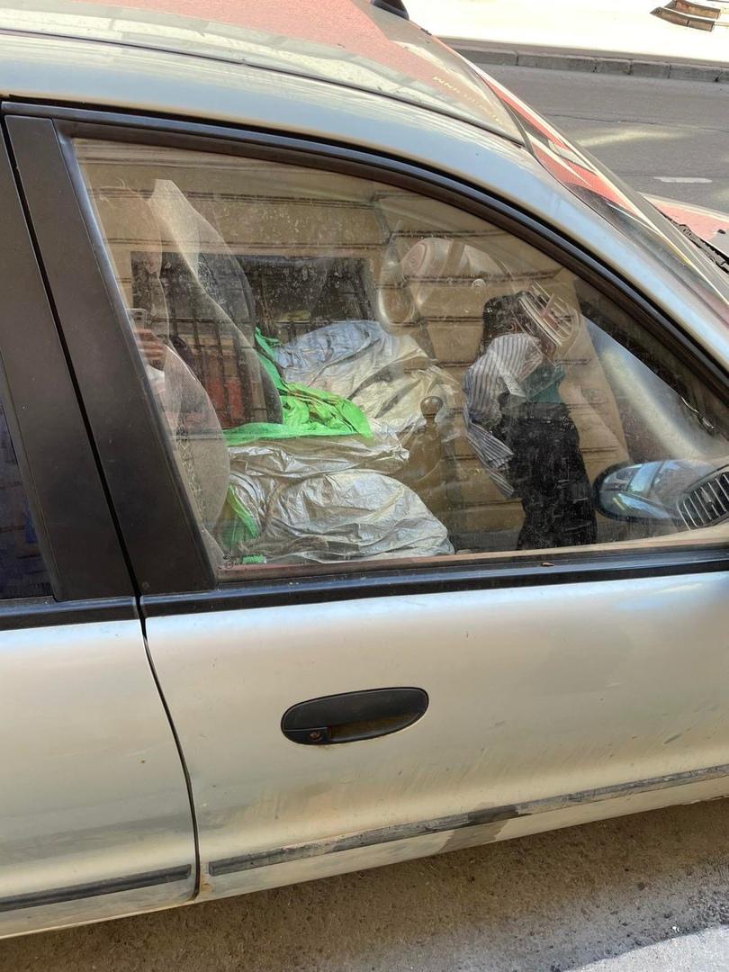 Около Смолячкова 5/1 стоит автомобиль с двумя хасками внутри. Судя по запаху от машины, достаточно д...