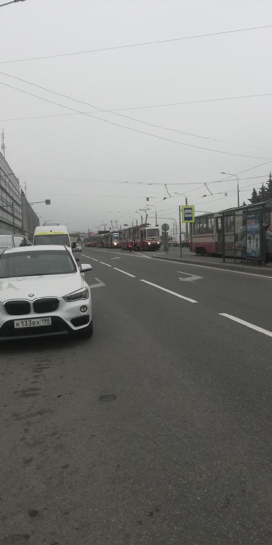 На площади Александра Невского водителю трамвая стало плохо скорая встала на путях было затруднено т...