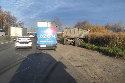 На Московском шоссе в сторону города. Столкнулись легковушка и грузовик.