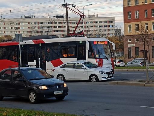 На Бухарестской улице водитель Лады при развороте не посмотрел в левое зеркало и не увидел трамвай....