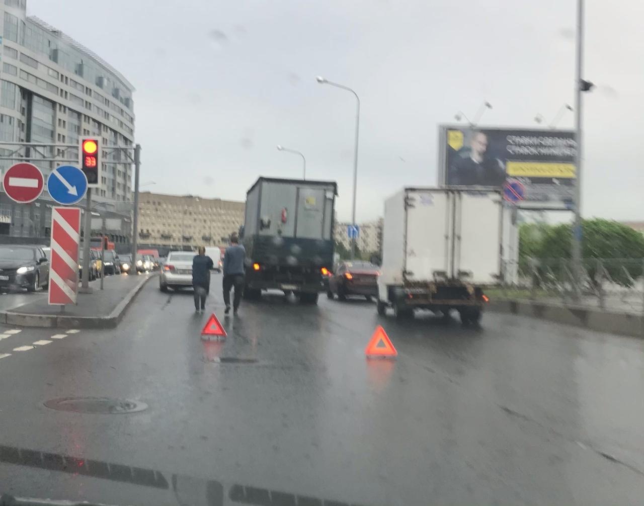 Дтп на две полосы на повороте с Пискаревского проспекта на Свердловскую набережную.