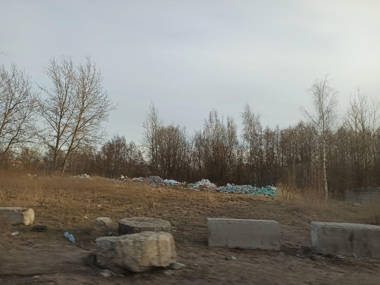 Горы мусора в Невском районе вдоль реки Оккервиль, рядом с Зольной улицей. Свалка все больше и больш...
