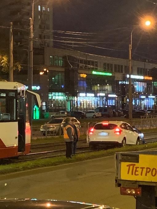 Казалось, что уже ничто не может помешать трамваю доехать до метро Купчино одну остановку по прямой ...