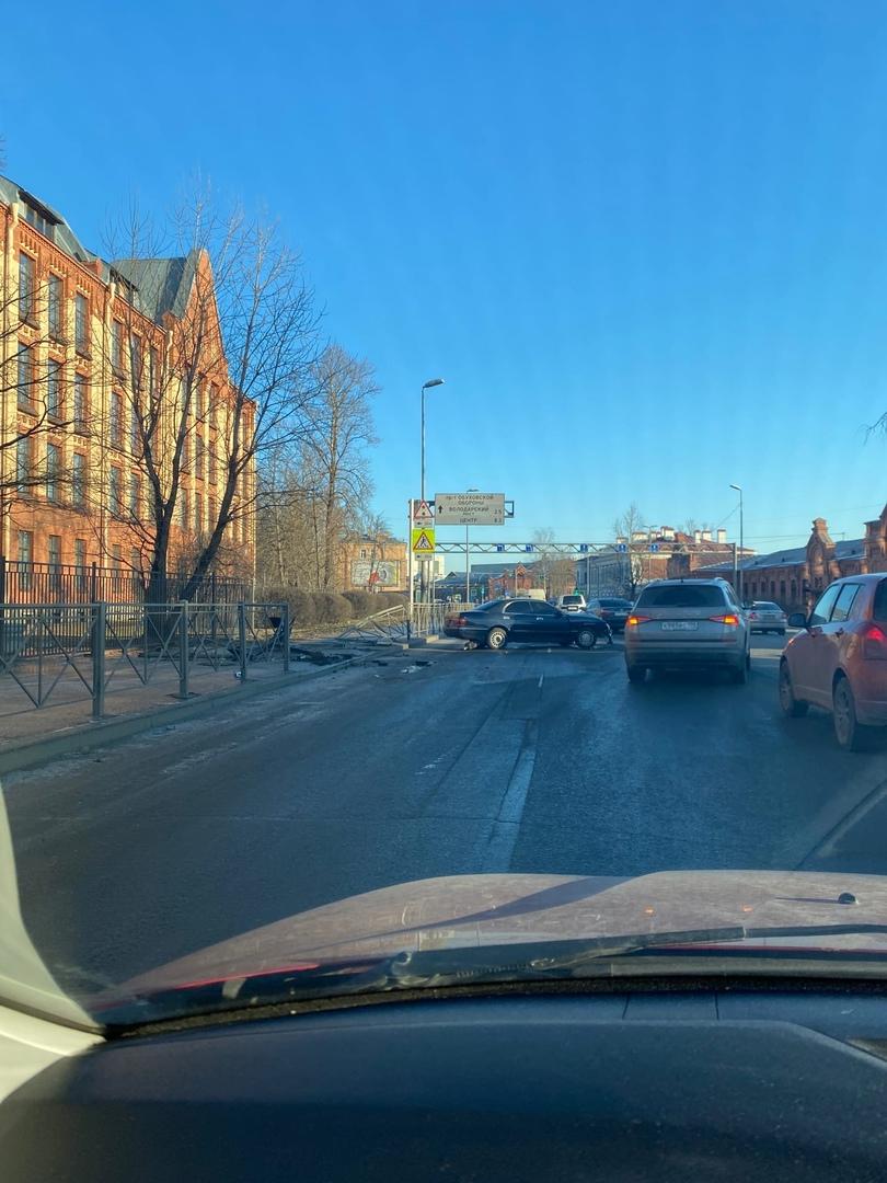 Утренняя заварушка (в 7:40) на съезде с КАД в сторону метро Пролетарская, сбито несколько пролетов м...