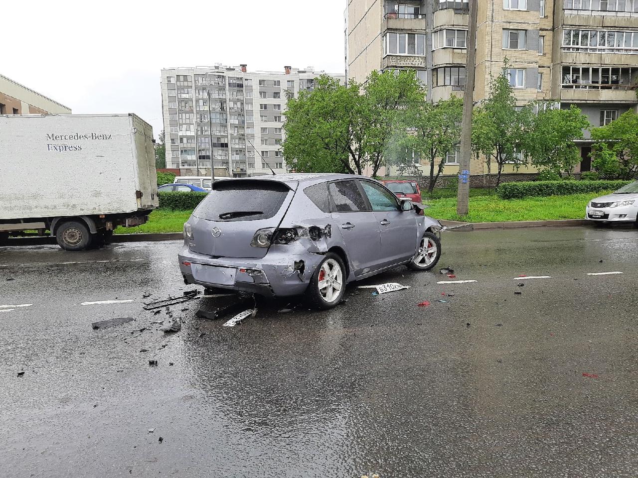 Авария на Передовиков из трех машин: Mazda, Киа и Лада 15. Больше всего не повезло Мазде (