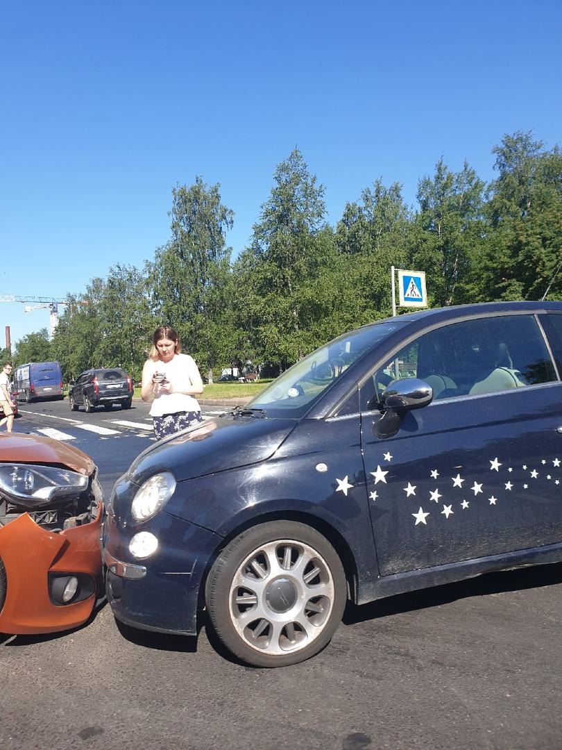 Печалька у Hyundai и Фиата с утра на перекрёстке Школьной улицы и улицы Покрышева.