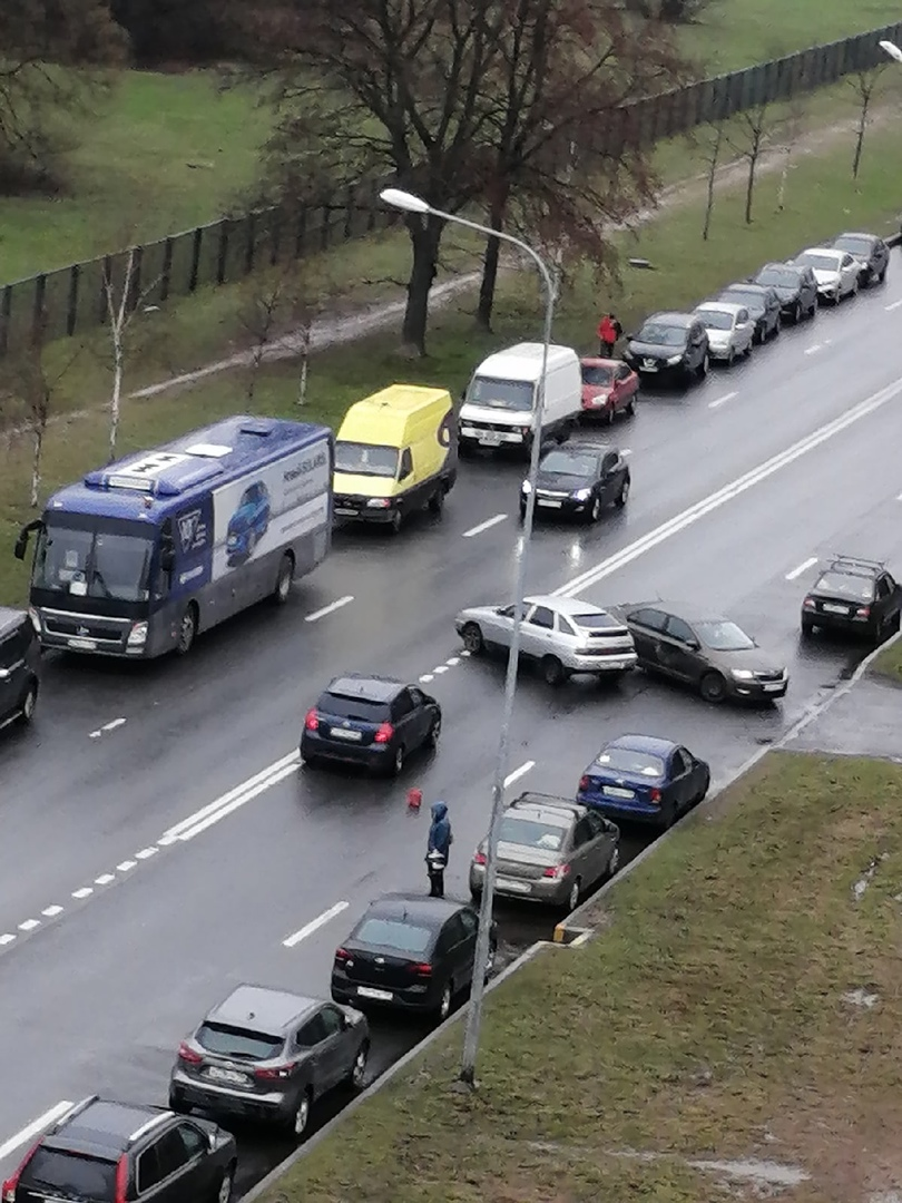Утро не задалось у водителей Ваза и Шкоды на улице Лени Голикова. Объезд по встречке
