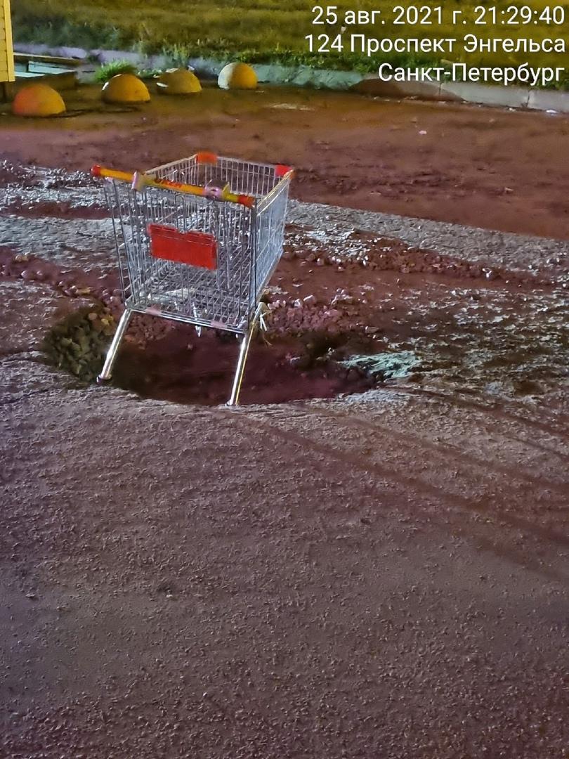 На выезде из ТРК Вояж, Энгельса 124 (за шлагбаумом ) огромная яма, пробили колеса, оцарапали бампер ...
