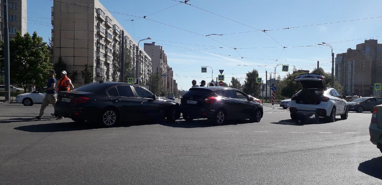 На перекрестке Маршала Казакова и Десантников авария. Трамваи встали в сторону Жемчужной плазы.