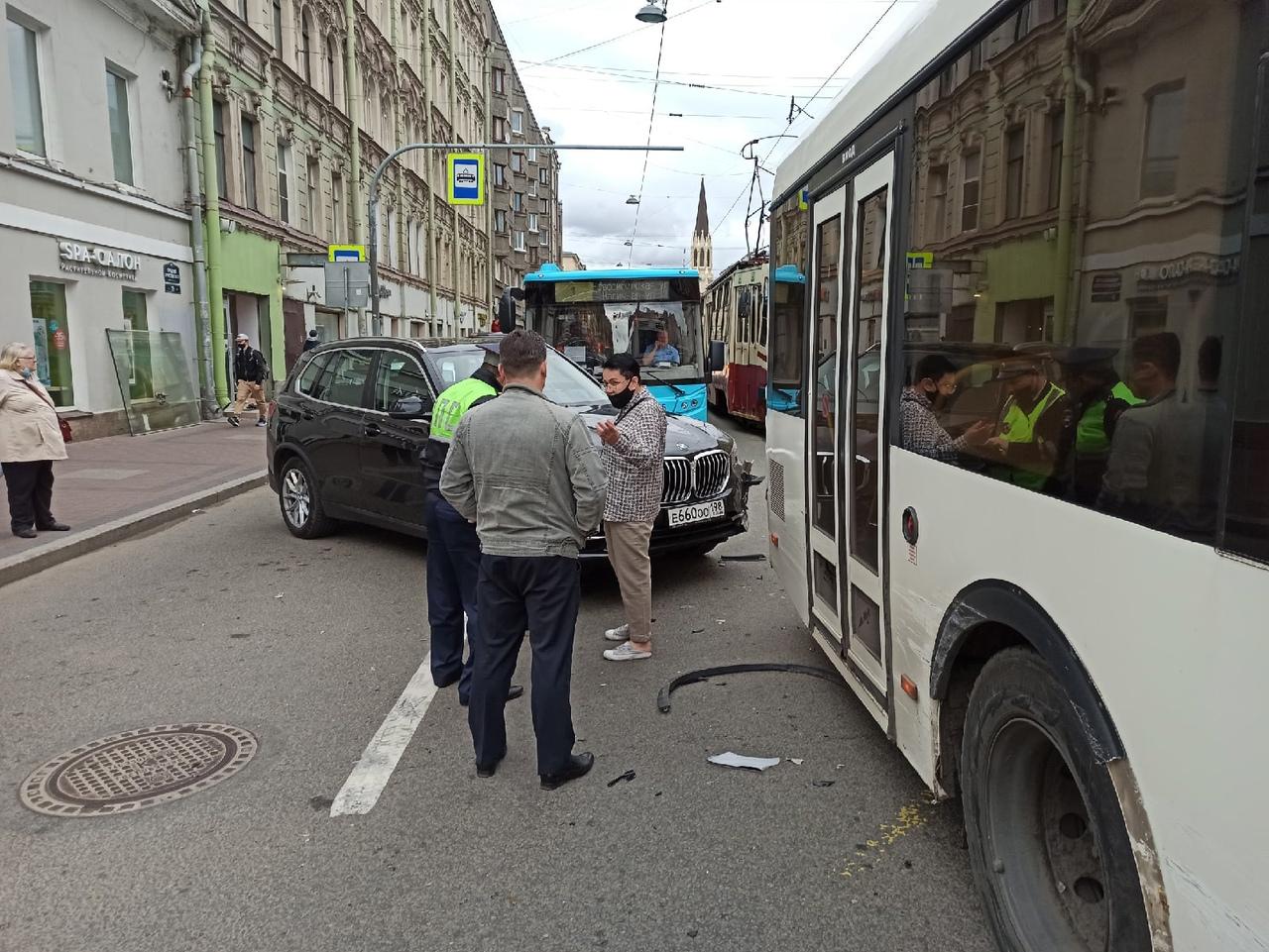 На Среднем проспекте Василеостровского острова автобус испортил бампер начинающему движение БМВ. ...