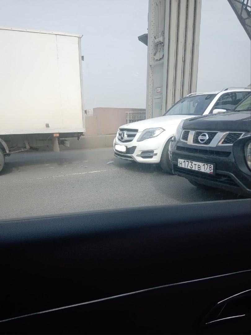 На Большеохтинском мосту большая пробка во всех направлениях из-за 3 аварий.