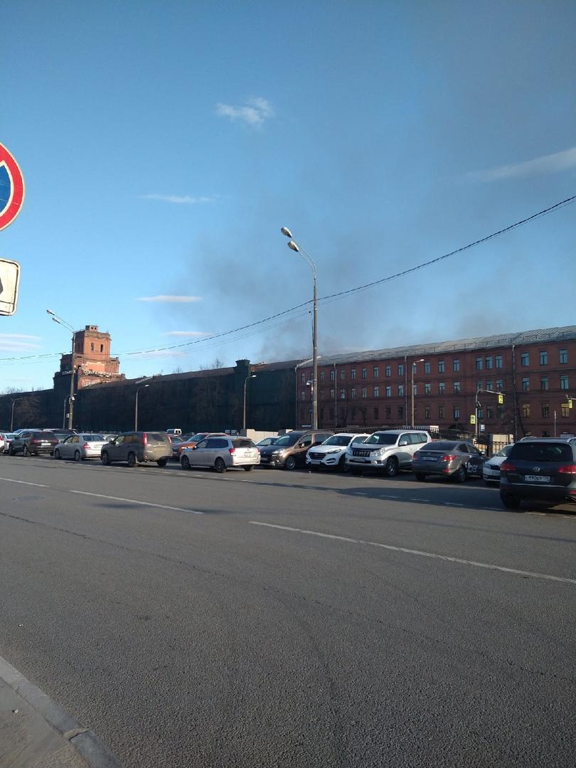 Пожар на территории красного треугольника, Обводный в сильном задымлении. Приехало очень много пожар...