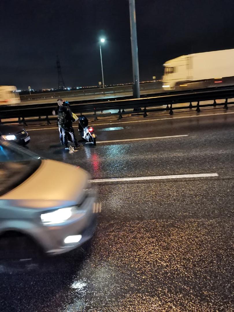 Скутерист (мотоциклист) с признаками состояния алкогольного опьянения в 23:40 ехал очень весело, по...