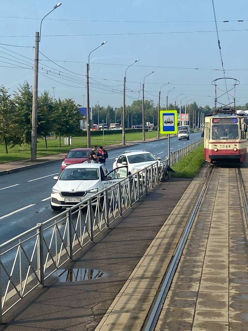 На Коллонтай рядом с Неречинской стукнулись две машины, третий на помощь приехал.