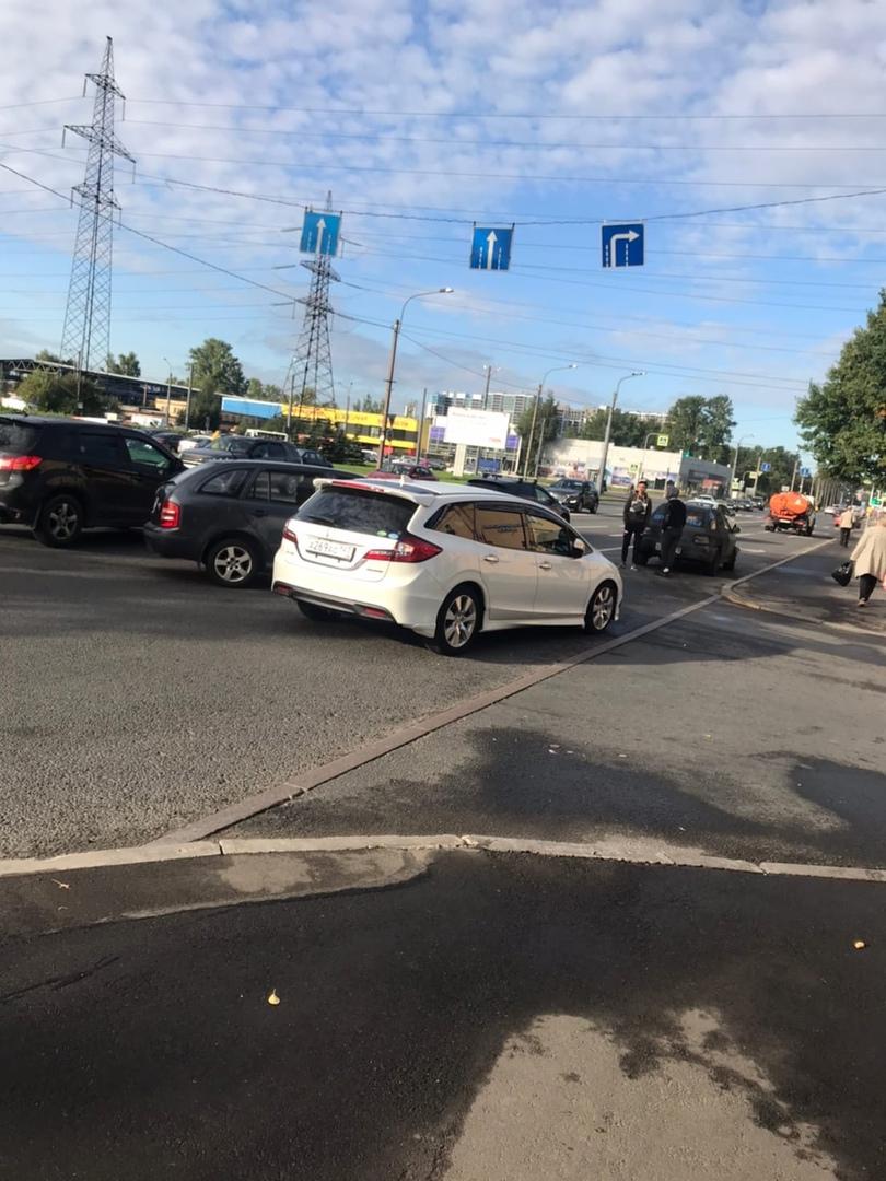 Honda и Skoda столкнулись на шоссе Революции 88 в сторону Индустриального, служб пока нет. Утро у ко...