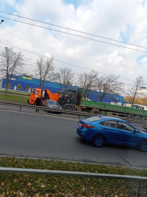 Шаланда развернула Фокус на Косыгина, на полосе к Ладожской