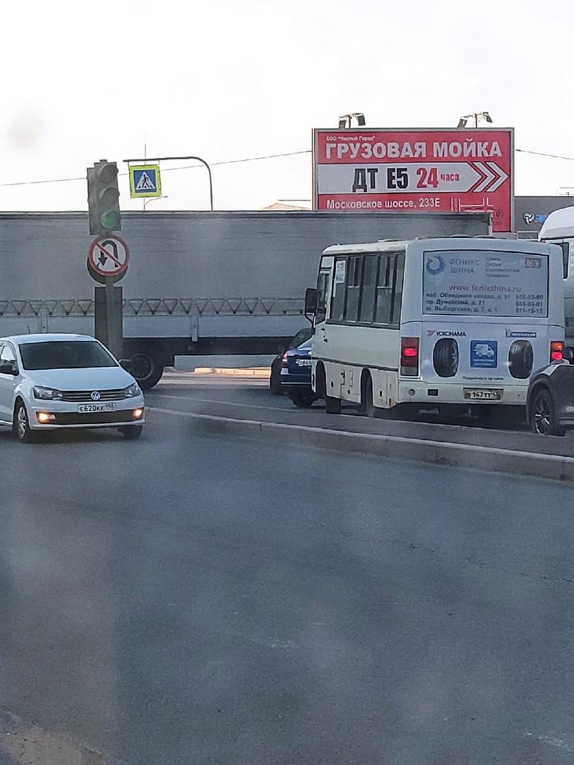 На Московском шоссе напротив п. Ленсоветовски девушка на Мини Купере подлезла под фуру. В сторону Ку...