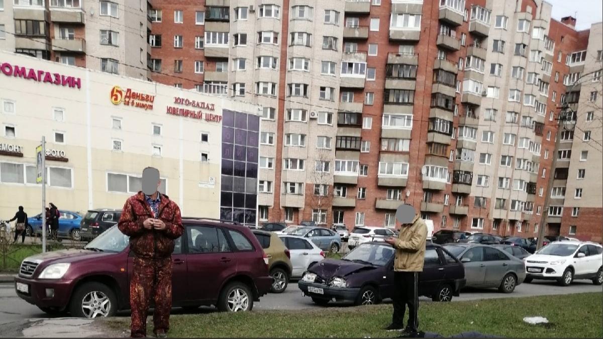 На Маршала Захарова 34 ИЖ 2126 въехал в Chery перед пешеходным переходом. Один человек лежит на газ...