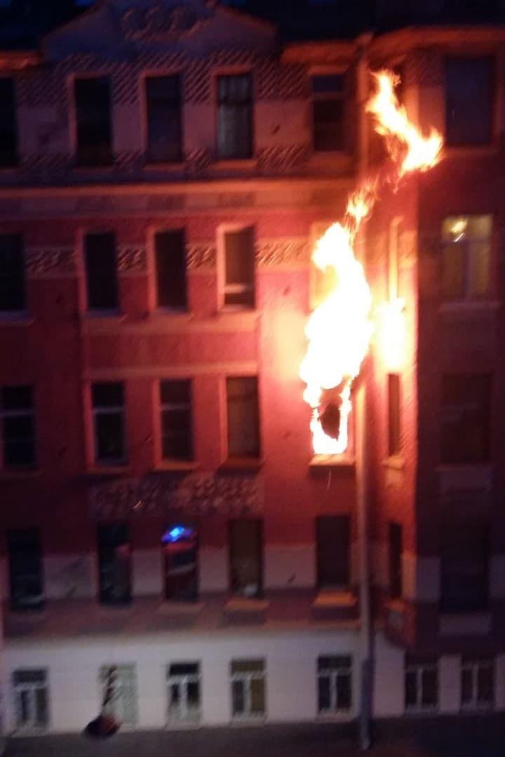 Сегодня ночью горела коммунальная квартира на Колпинской улице в Петроградском районе Одного чело...