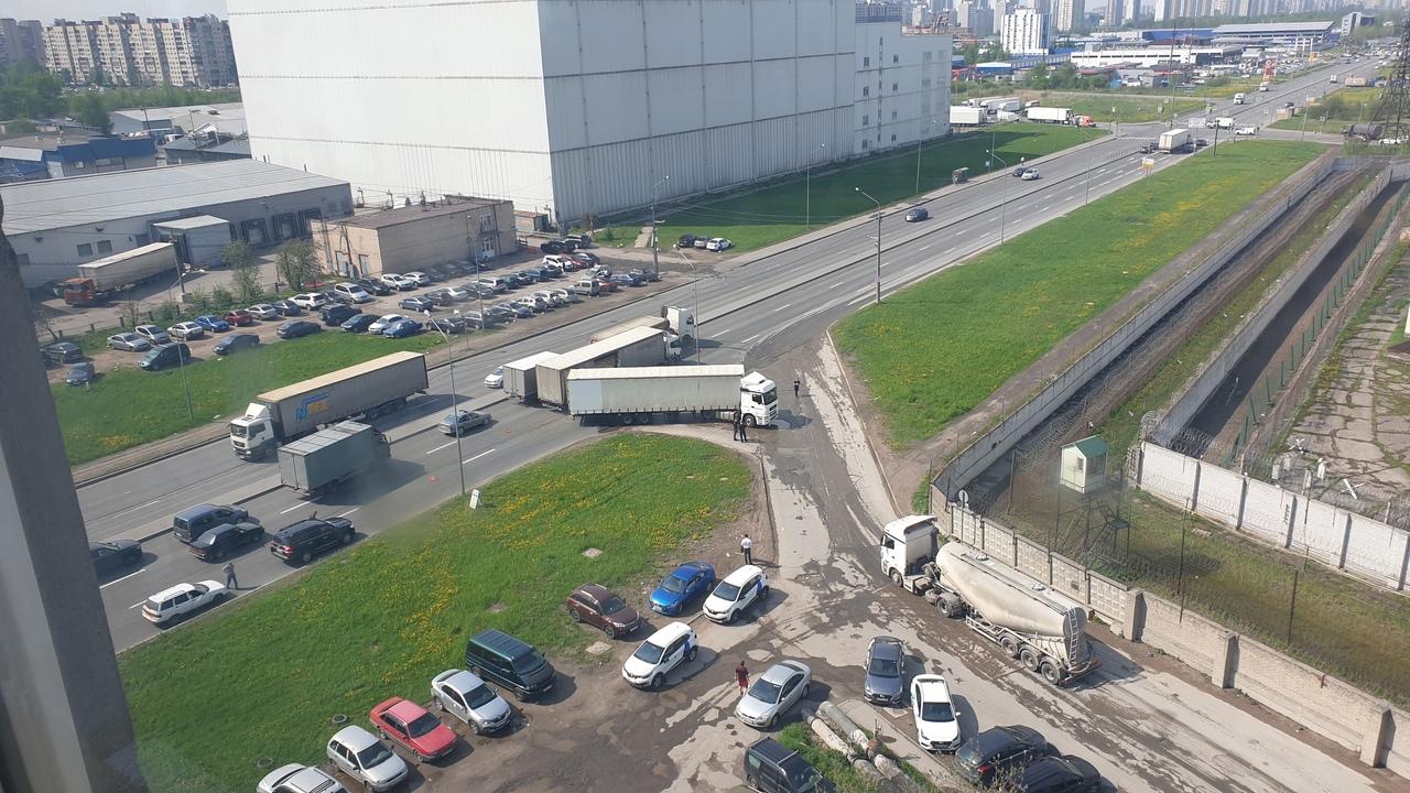 Грузовики потолкались возле Софийской 76