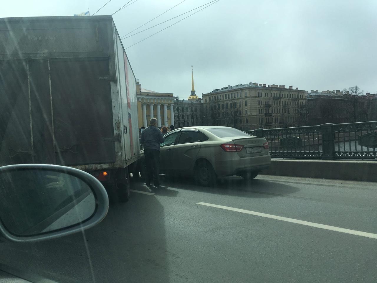 В 12:20 на Дворцовом мосту столкнулись Лада и Газель. Заняты две полосы.