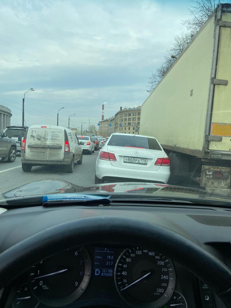 На перекрёстке наб. Обводного канала и Московского проспекта по состоянию на 16:40 сломался светофор...