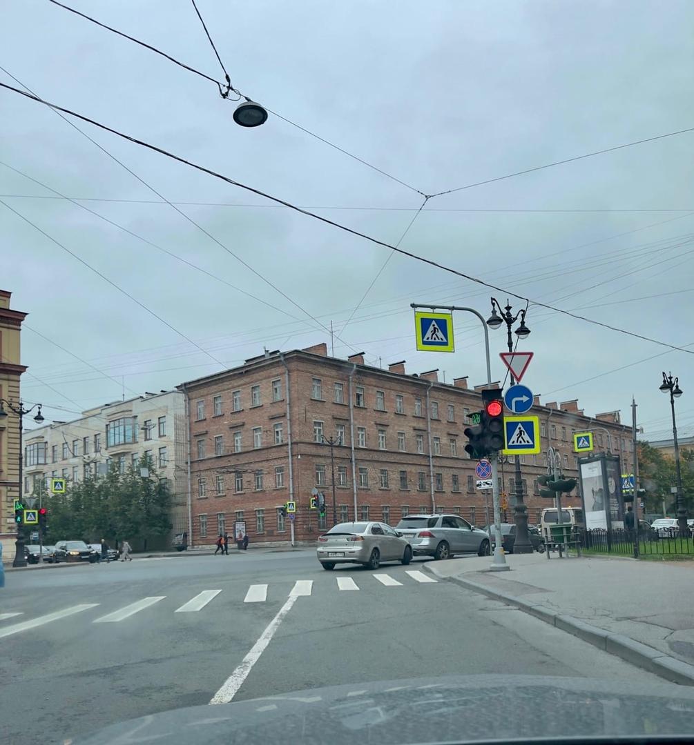 Гении парковки на Суворовском.. закрыл полосу и всё хорошо!